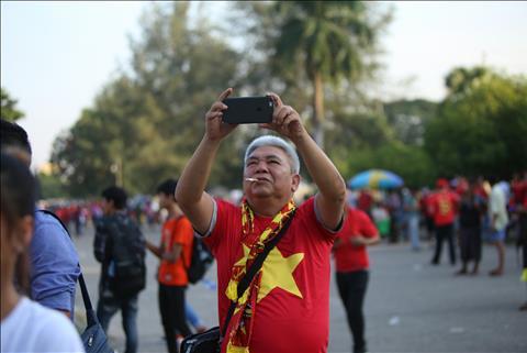 CĐV Việt Nam nhuộm đỏ sân Thuwunna hình ảnh 2