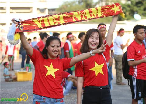 Cac CDV Viet Nam cung khong quen chup anh check-in khi truc tiep gop mat de co vu cho doi tuyen.