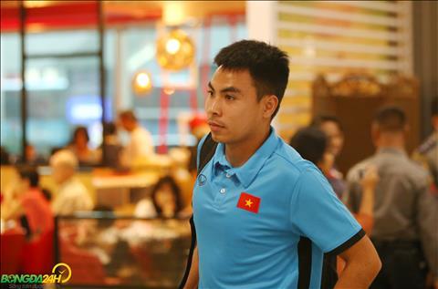 Duc Huy cung cac dong doi mang tam trang thoai mai sau tran hoa Myanmar tren san khach,