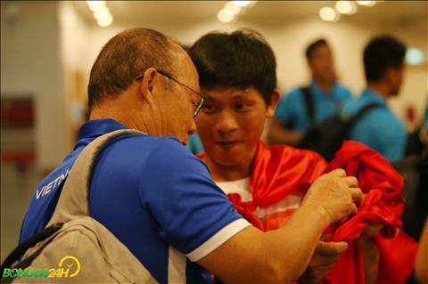 Mot CDV ra san bay Yangon xin chu ky cua HLV Park Hang Seo cung tap the doi tuyen.