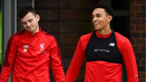 Andrew Robertson va Trent Alexander-Arnold sap ky hop dong moi voi Liverpool
