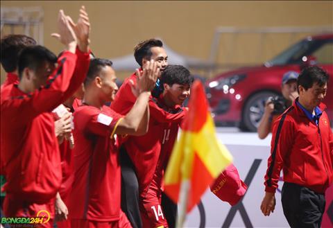Công Phượng cõng Văn Toàn rời sân sau trận thắng Campuchia hình ảnh