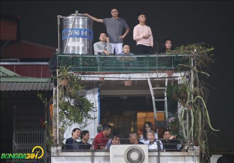 Bất chấp nguy hiểm, NHM lên nóc nhà để xem ĐT Việt Nam thi đấu hình ảnh