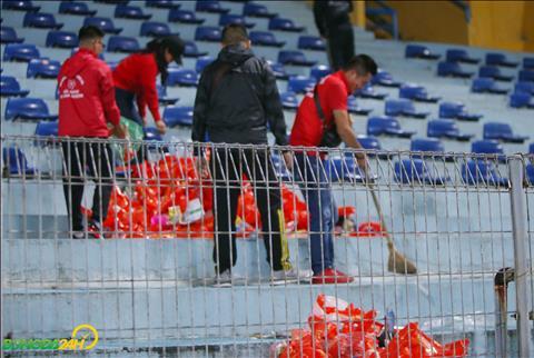 CĐV Việt Nam dọn rác sau trận thắng Campuchia hình ảnh