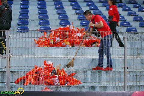 Chùm ảnh CĐV Việt Nam nán lại dọn rác sau trận thắng Campuchia hình ảnh 2
