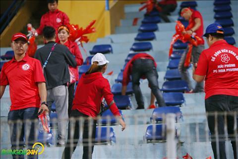 Tren duong ra hop bao, HLV Park Hang Seo cung an tuong voi hanh dong nay.