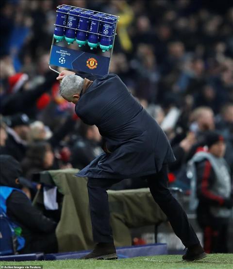 Jose Mourinho ăn mừng cuồng nhiệt trong trận thắng Young Boys hình ảnh