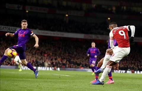 Lacazette go hoa 1-1 cho Arsenal truoc Liverpool