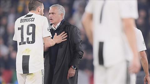 Leonardo Bonucci la cau thu dau tien ben phia Juventus phan ung, vi tuc mat truoc nhung cu chi cua Mourinho.