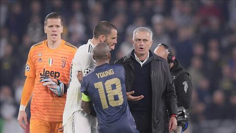 Chung kien man dau khau cang thang giua ong thay voi hau ve ben phia  Juventus, thu quan Man Utd, Ashley Young phai chay den can ngan.