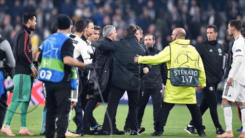 Nhan vien an ninh va quan chuc UEFA co mat tai san Allianz cung phai vao cuoc, ho tong Mourinho roi san, de giam thieu nguy co cang thang len cao hon.