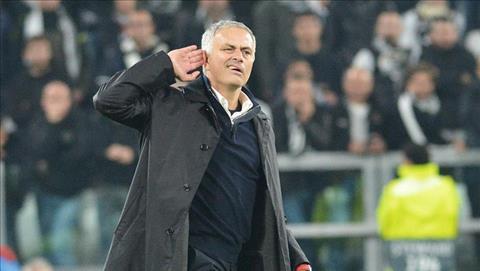 Sau khi bat tay xa giao voi dong nghiep Max Allegri, Mourinho lay hai tay phai dat len tai roi chay vao san. Ong giu nguyen cu chi do, va huong len khan dai voi bieu cam ha he khong giau diem tren guong mat.