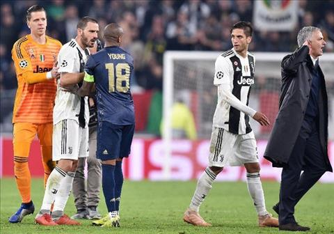Nhung Mourinho tiep tuc lam cu chi khieu khich sau khi roi di.