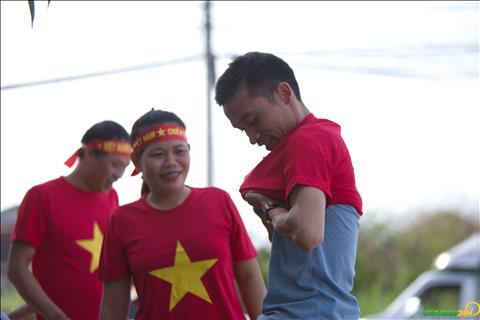 Nhom co dong vien nay mot phan la nguoi Viet Nam sinh song tai Lao, mot phan tu Ha Tinh di chuyen sang de co vu cho DT Viet Nam.