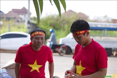Anh Hoai (phai) la CDV di chuyen tu Ha Tinh theo chan doi tuyen sang Lao de co vu.