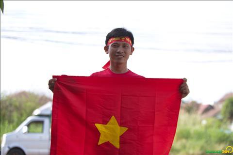 Anh Hoai cho biet da chi 5 trieu VND de mua 1000 chiec bang ron phat mien phi cho CDV Viet Nam toi san co vu vao chieu nay (8/11).