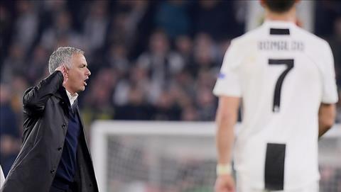 Mourinho lap lai hanh dong tren khi di ngang qua khu vuc co cac cau thu Juventus...
