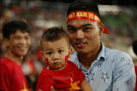 Nhieu CDV mong moi doi tuyen Viet Nam co the thi dau tai day nhieu lan hon de con cai ho sinh ra tai Lao co co hoi co vu cho ca hai doi.