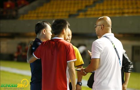 Sau do, HLV Park Hang Seo trao doi gi do khi BTC de nghi Van Quyet ra phong van.