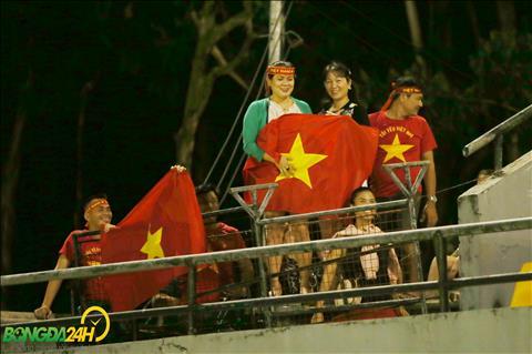Mot nhom CDV Viet Nam tu TP Ho Chi Minh bay sang Bacolod de co vu cho DT Viet Nam xuat hien tren san tap.