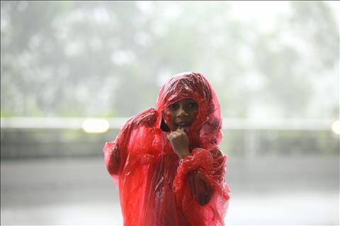 TRỰC TIẾP TỪ BUKIT JALIL Mặc trời mưa, CĐV Việt Nam vẫn ào ào đến sân hình ảnh 2