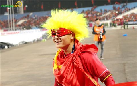 Quang Hai hoa trang an tuong khi duoc mot NHM tang cho bo toc gia va chiec kinh.