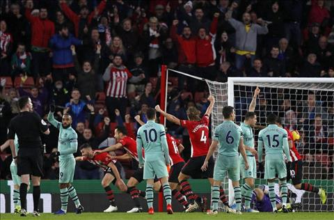 Southampton gianh chien thang 3-2 Arsenal