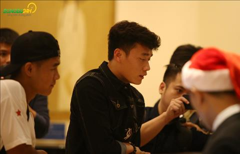 Ha Duc Chinh va Bui Tien Dung cung nhau ra quay le tan lam thu tuc nhan phong.