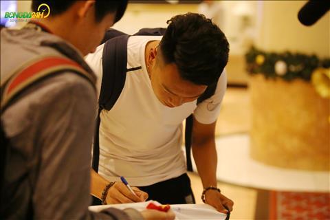 Hau ve Thanh Chung duoc NHM xin chu ky ngay khi buoc vao khach san.