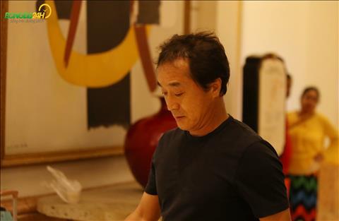 Khoang 19h30, tro ly Lee Young-jin cung den khach san noi doi tap trung.