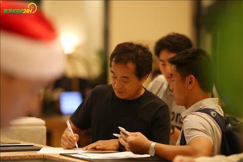 Tro ly Lee Young-jin lam thu tuc nhan phong cung nhu gui do khi DT Viet Nam co kha nhieu dung cu.