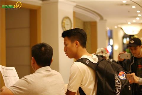 Trung ve Bui Tien Dung den nhan phong duoc tro ly doi tuyen huong dan.