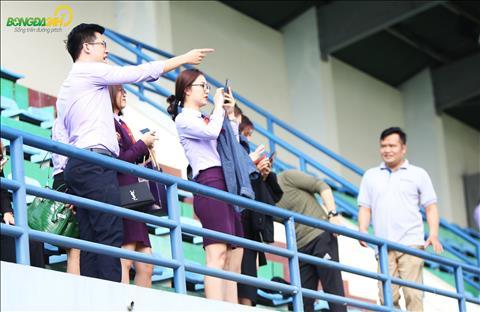 Dàn bóng hồng tới cổ vũ cho ĐT Việt Nam trong buổi tập đầu hình ảnh