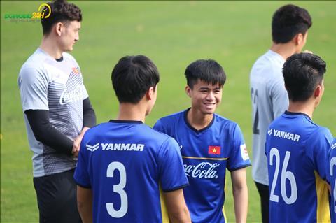 Phan Thanh Hau vui ve dua voi cac dong doi khi la mot trong nhung tan binh duoc len tuyen dot nay.