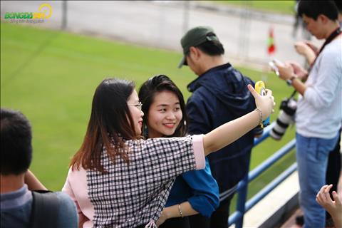 Mot so NHM tranh thu chup hinh selfie voi canh doi tap luyen o phia sau.