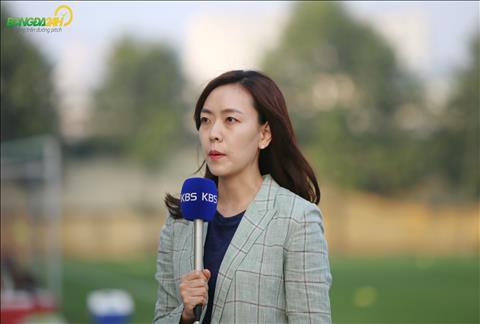 Dang chu y la trong buoi tap chieu nay, mot nu phong vien Han Quoc cua dai KBS da den dua tin ve DT Viet Nam.