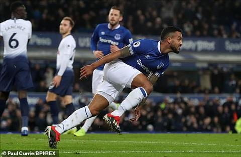 Walcott giup Everton vuot len dan truoc o phut 13