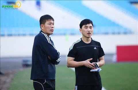 HLV truong Kim Yong Jun trong buoi hop bao kha tu tin truoc tran giao huu voi DT Viet Nam.