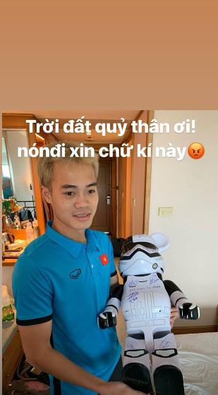 Tiền đạo Văn Toàn đem chuột robot đi xin chữ ký đồng đội hình ảnh