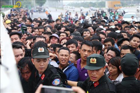 Canh chen lan khi mua ve theo doi hai tran dau voi Malaysia va Campuchia.