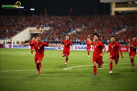 DT Viet Nam danh bai Malaysia voi ti so 2-0 tai vong bang, chien thang nay mo ra canh cua de thay tro Park Hang Seo vuot qua vong bang voi ngoi dau.