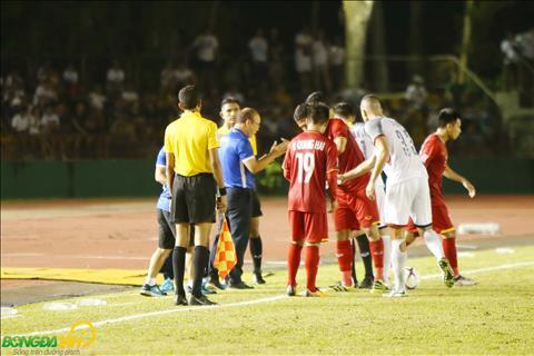 Khi cac cau thu DT Viet Nam lien tuc bi pham loi, HLV Park Hang Seo da co nhung phan nan voi trong tai.