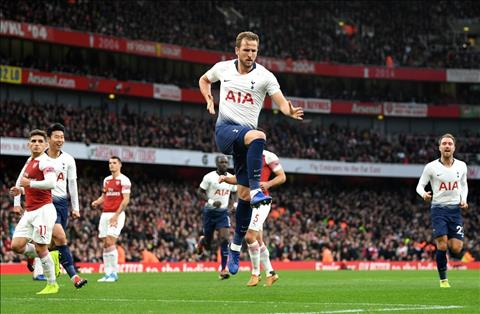 Kane da pen thanh cong Arsenal vs Tottenham