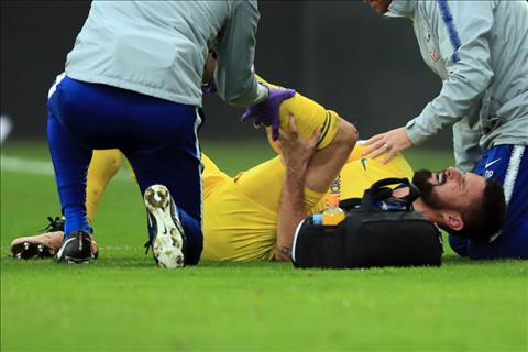 Chan thuong cua Olivier Giroud khien HLV Sarri them dau dau.