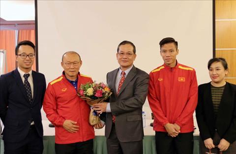 Thầy trò HLV Park Hang Seo nhận quà từ Đại sứ Việt Nam ở Qatar hình ảnh
