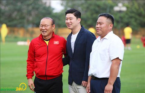 HLV Park Hang Seo chup anh luu niem cung xa thu Jin Jong-oh.