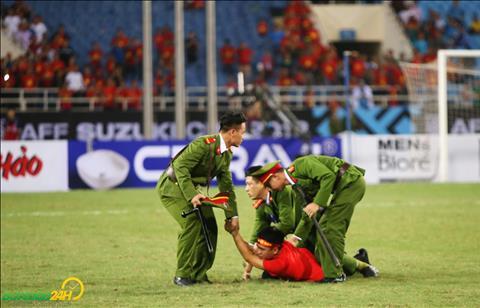 CĐV chạy xuống sân, Quế Ngọc Hải can ngăn cảnh sát hình ảnh