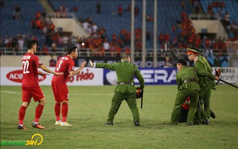 Nóng CĐV chạy xuống sân, Quế Ngọc Hải quay lại sân can ngăn cảnh sát hình ảnh 2