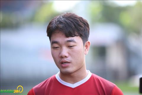 Xuan Truong la cau thu tra loi phong van truoc buoi tap.
