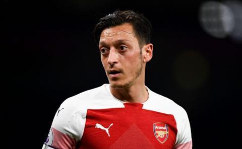Ozil chuc mung Arsenal gianh 3 diem truoc Huddersfield